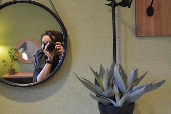Simone fotomakend in spiegel