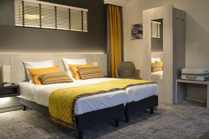 Inrichting slaapkamer in industrieel geel